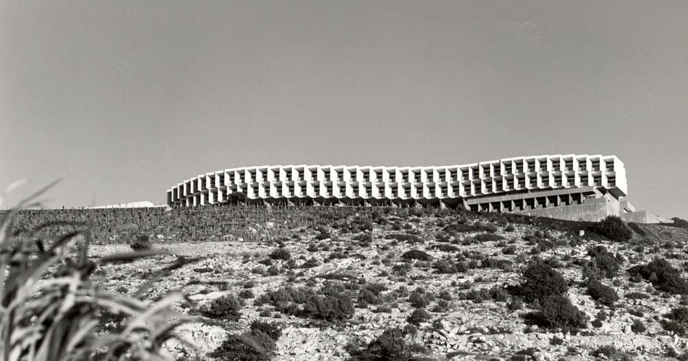 הקוראים הוותיקים מכירים את התצלום של המבנה המונומנטלי, פרי יצירתו של יעקב רכטר במשרד רכטר-זרחי-פרי. ''בניין שיוצר נוף יותר מאשר משתלב בו'', לפי אחד המבקרים (באדיבות ארכיון רכטר אדריכלים)
