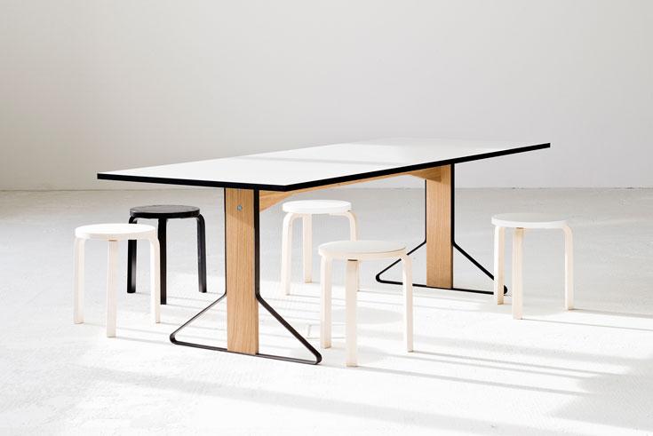השולחן חדש, השרפרפים איקוניים: שיתוף הפעולה בין חברת ARTEK הפינית למעצבים האחים הצרפתים Ronan&Erwan Bouroullec. הם השתמשו בחומרים המסורתיים של ארטק, אך הצליחו לנסח אסתטיקה שמבדילה אותם מהעיצובים הקלאסיים של החברה (Studio Bouroullec for Artek)