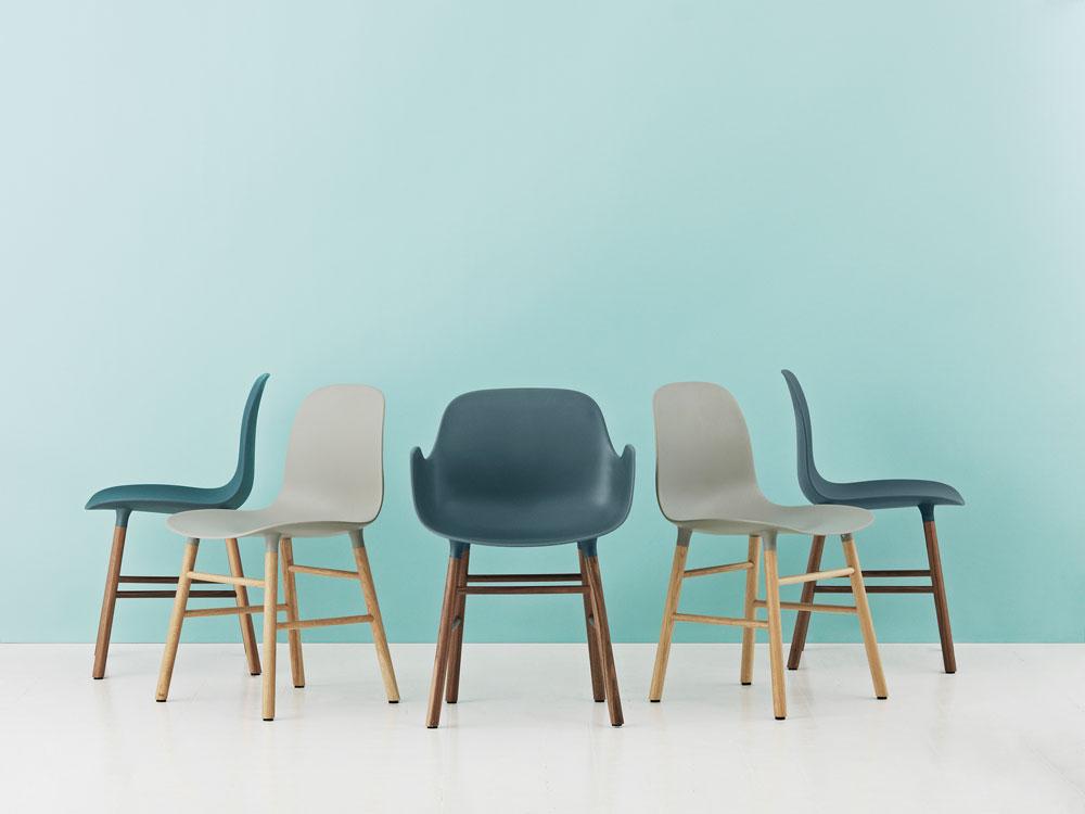 FORM - סדרת הכסאות החדשה של Norman Copenhagen, שהושקה ביריד. צללית רכה שמתמזגת באלגנטיות עם מסגרת עץ נורדית נוקשה, וחיבור מוצלח במיוחד בין מושב הפלסטיק לרגלי העץ (באדיבות NORMAN COPENHAGEN)