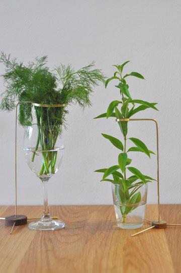 כלי תמיכה בעשבי תיבול (צילום: דנה בן שלום)