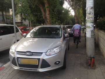 מכוניות חונות על מדרכות ברחבי ת''א באין מפריע (צילום: נעה תורג'מן)