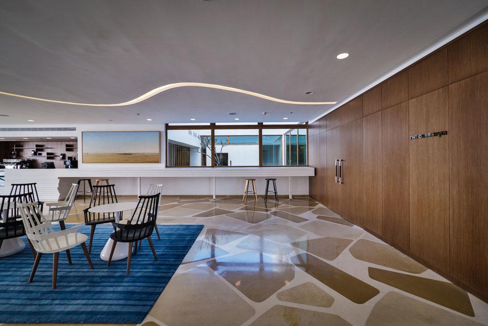 בהשקעה פרטית עצומה (350 מיליון שקל) של לילי אלשטיין, ממשפחות המייסדים של חברת טבע, הפך המבנה הנטוש למלון שמתמקד באמנויות הבמה ואמנות פלסטית (צילום: איתי סיקולסקי )