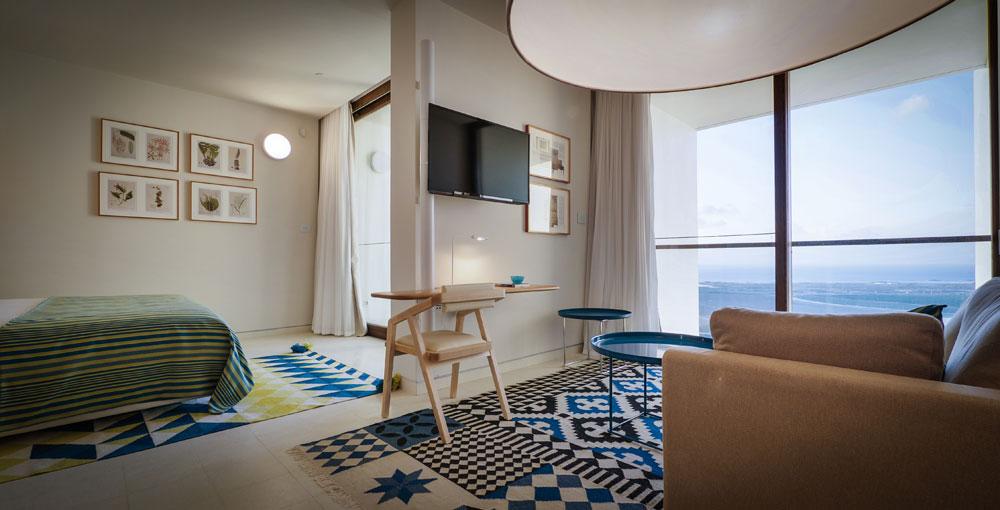 חדר במלון אלמא. האדריכלים הנוכחיים היו צריכים להוסיף מיזוג אוויר (בבית ההבראה לא היה) מבלי לכער את הבניין - ועמדו במשימה (צילום: איתי סיקולסקי )