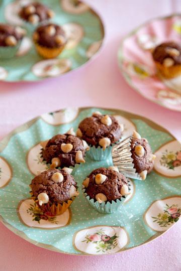 """""""סופלה"""" שוקולד טבעוני . מאפינס אוויריריים במראה קיפודי ( צילום: יוסי סליס, סגנון: נטשה חיימוביץ')"""