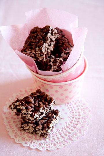 ריבועי שוקולד מריר ופצפוצים. חטיף קראנצ'י ללא גלוטן ( צילום: יוסי סליס, סגנון: נטשה חיימוביץ')