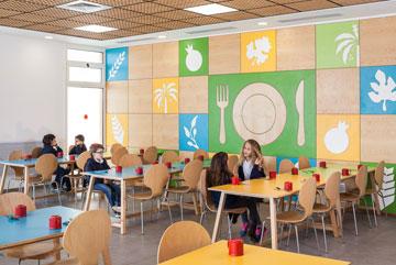 תבליט עץ של שבעת המינים וכלי אוכל (מימין) בחדר האוכל (צילום: טל ניסים)