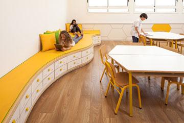 ספסל רביצה עם מגירה לכל תלמיד (צילום: טל ניסים)