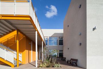 שתי הקומות מאורגנות סביב פטיו מרווח המחדיר פנימה אור וטבע ומפחית את השימוש בתאורה מלאכותית (צילום: טל ניסים)