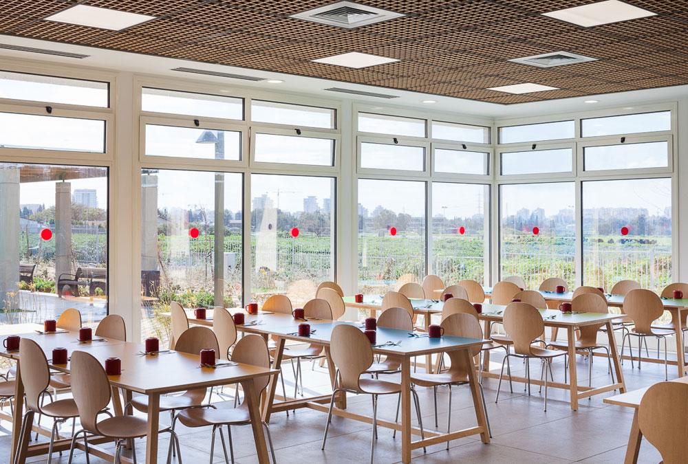 חדר האוכל. הבניין כולו הושלם תוך חצי שנה: שלושה חודשי תכנון, שלושה חודשי בנייה. הכסף הגיע מההורים ומתורמים (צילום: טל ניסים)