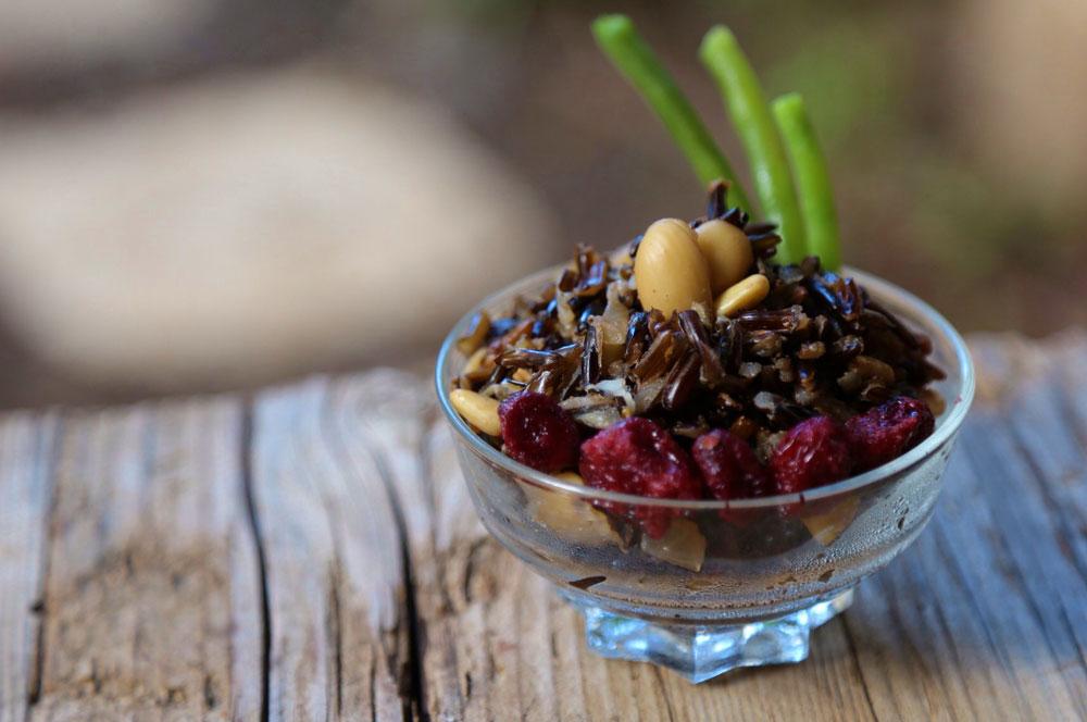 אורז שחור עם חמוציות ושקדים (צילום: ענבר חוברה)