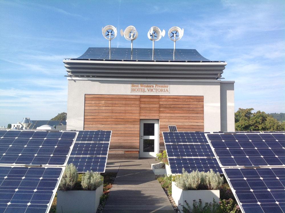 הגג של מלון ויקטוריה בעיר פרייבורג שבגרמניה. מכאן מסופק החשמל לכל 66 החדרים (צילום: גלית שיף)