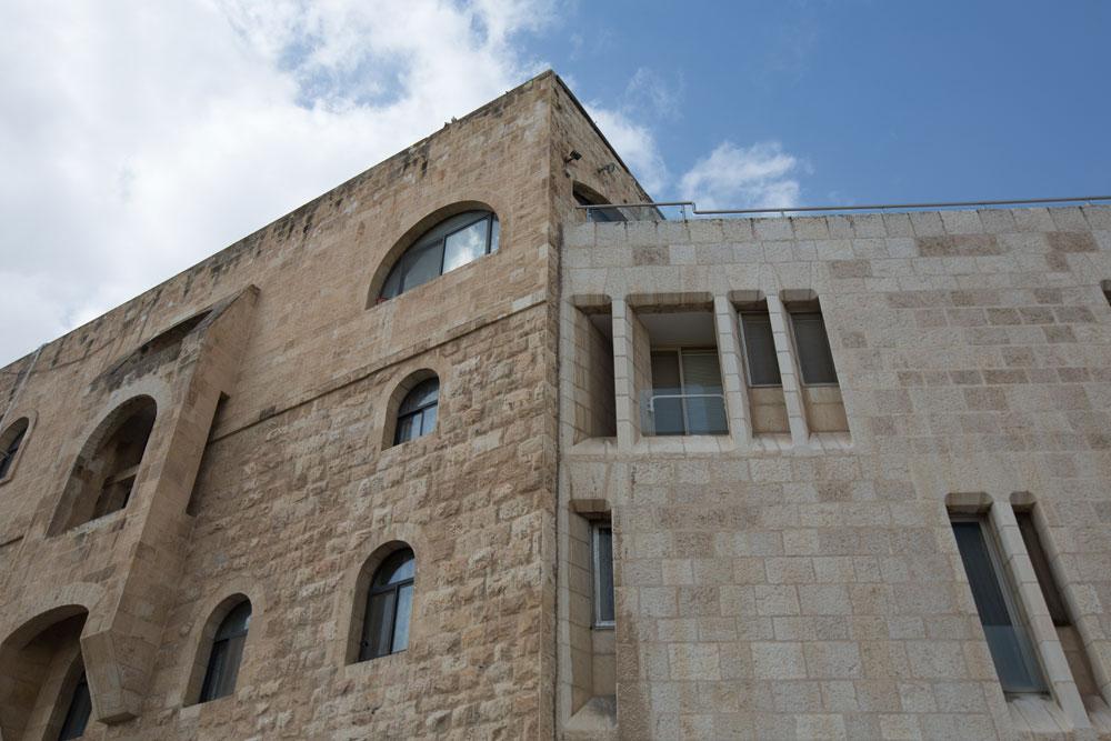 ביתו של מבקר המדינה לשעבר, יצחק נבנצל (מימין), שנבנה מאפס לצד בית אלון, ששוקם (צילום: דור נבו )