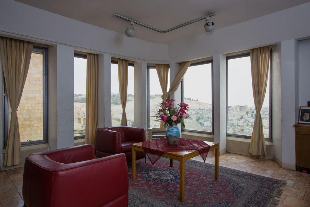 הסלון בבית נבנצל. הבניין תוכנן על ידי האדריכל הבריטי פאול קורלק ונחשב למסוגנן במיוחד (צילום: דור נבו )