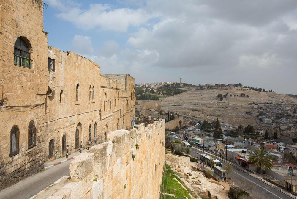 """רחוב בתי מחסה שתוחם את הרובע היהודי. """"היה רצון להכניס לעיר העתיקה סמלים שלטוניים כדי לייצג את הנוכחות שלנו"""", אומר האדריכל סעדיה מנדל  (צילום: דור נבו )"""