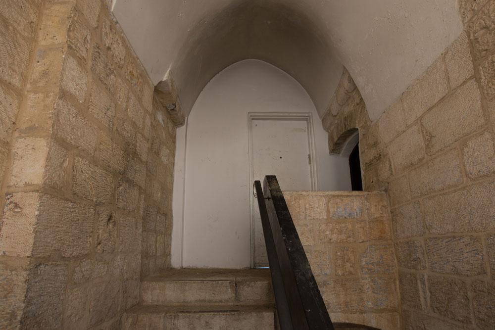דלת הכניסה כיום. הדלת המקורית, שעוצבה כך שתתאים לדירת שרד, הוחלפה בדלת פשוטה (צילום: דור נבו )