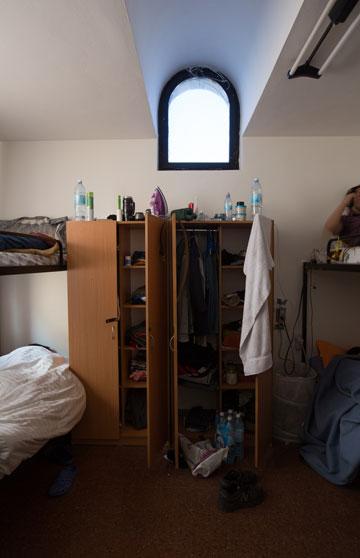הבית כיום. תשעה חדרים, כ-20 דיירים (צילום: דור נבו )