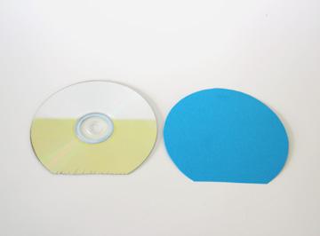 מדביקים את הקרטון הצבעוני לדיסק השני (צילום: ענבל עופר)