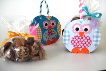 אורזים את הממתקים בנייר צלופן, מכניסים למארז ושולחים את הינשוף לדרכו (צילום: ענבל עופר)