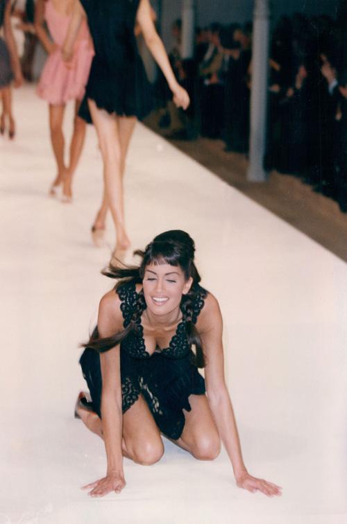 דוגמנית מועדת בתצוגת אופנה של ולנטינו בשנת 1992 (צילום: rex/asap creative)