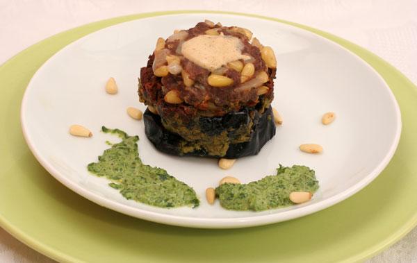 חצילים עם בשר, עגבניות מיובשות וטחינה ירוקה  (צילום: אסנת לסטר)