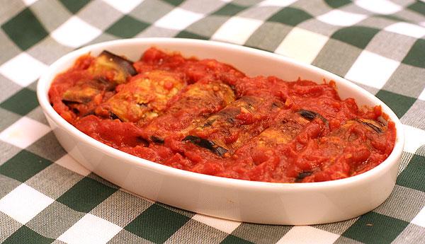 גלילות חצילים עם גבינת צאן ברוטב עגבניות (צילום: אסנת לסטר)