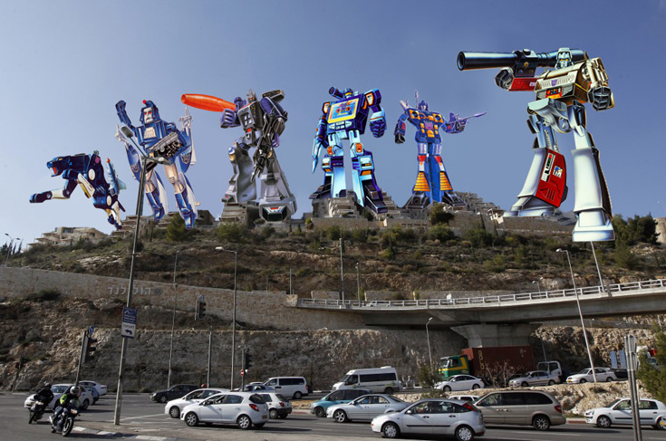 מגדלי השחיתות שלום:הפרויקט המחריד בהולילנד הוא בעצם רובוטריקים ענקיים. ואולי, שקרניקים?  (צילום: רונן זבולון עיבוד תמונה: אריאל דקלו)