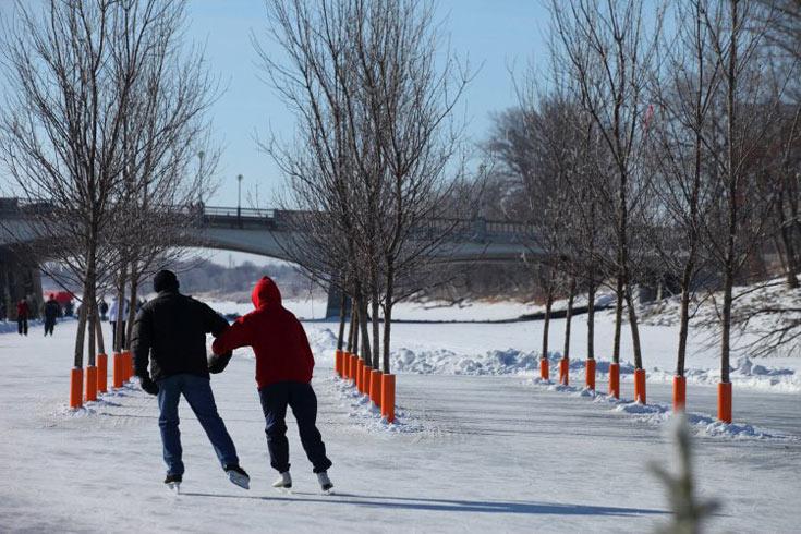 זהו מסלול ההחלקה על הקרח (הטבעי) הארוך בעולם, והגולשים מופתעים לפגוש בחורשה באמצע הדרך. נעצרים ומשחקים (צילום: BRIAN GOULD )