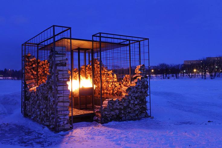 וזהו הפרויקט של בירן וטלמון באותו נהר קפוא, אשתקד: ביתן זמני שהציבור מדליק כדי להתחמם. השנה הוא הוקם שוב (צילום: BRIAN GOULD )