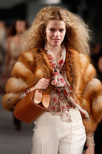 דוגמנית עובדת בת 16. בתצוגת האופנה של אוסקר דה לה רנטה, אביב-קיץ 2012 (צילום: gettyimages)