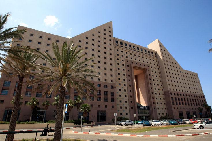 ועכשיו בלי תחפושת: מגדלי חוף הכרמל בחיפה. חסימה מוחלטת (צילום: ערן יופי כהן)