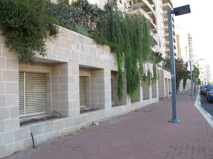 אדריכלים ישראלים הורגים את הרחובות עם החומות המבוצרות האלה, שנועדו להסתיר את החצר האחורית של פרויקטים חדשים (צילום: מיכאל יעקובסון)