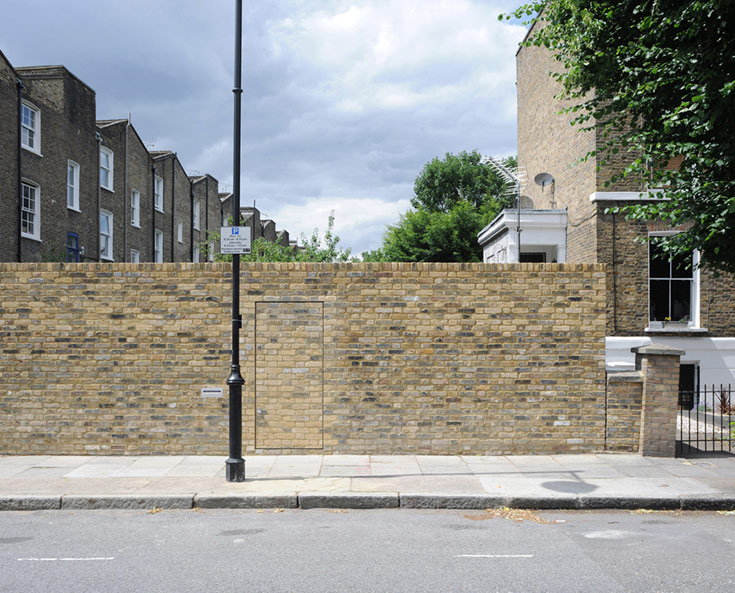 האדריכל הטרי ג'ק וולי החליט לשחק איתה. החומה הזו היא גם קיר חיצוני של הבית שמסתתר מאחוריה (צילום: David Grandorge)