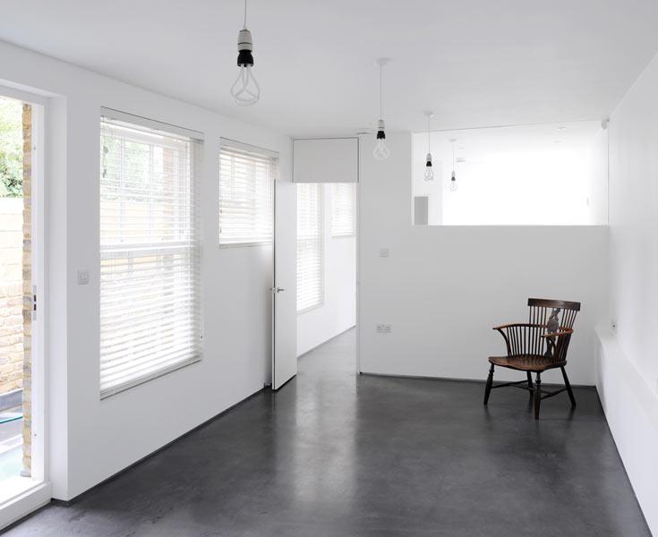 כשנכנסים פנימה מוצאים שתי קומות. הסטודיו (שהיה נגרייה) בקומת הקרקע, ודירה בקומת המרתף (צילום: David Grandorge)