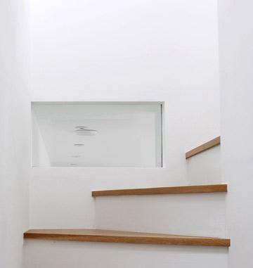 המדרגות בין שתי הקומות (צילום: David Grandorge)