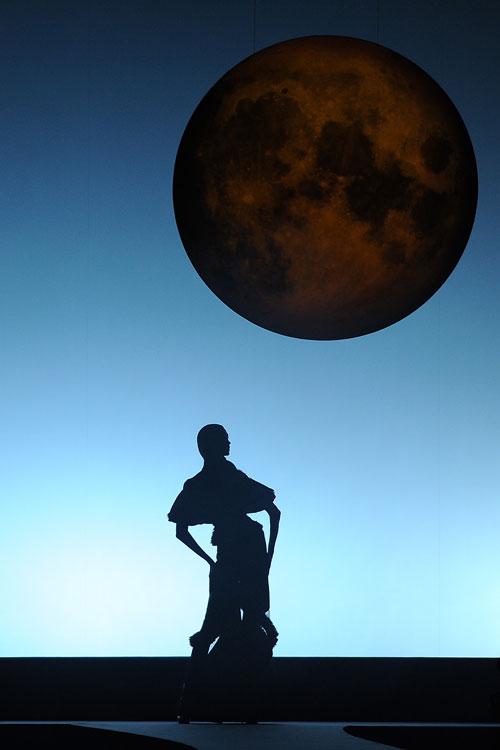 מופע צלליות על סרט נע בתצוגת האופנה של ויקטור ורולף (צילום: GettyImages)