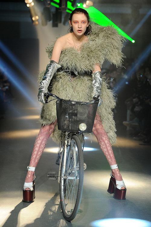 דוגמניות על אופניים בתצוגת האופנה של ויויאן ווסטווד (צילום: GettyImages)