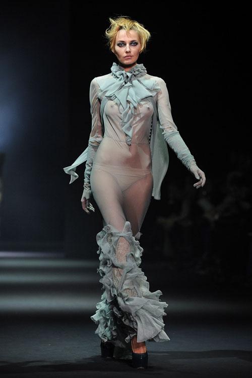 בגדים שקופים בתצוגת סתיו-חורף 2012-13 של ג'ון גליאנו (צילום: GettyImages)