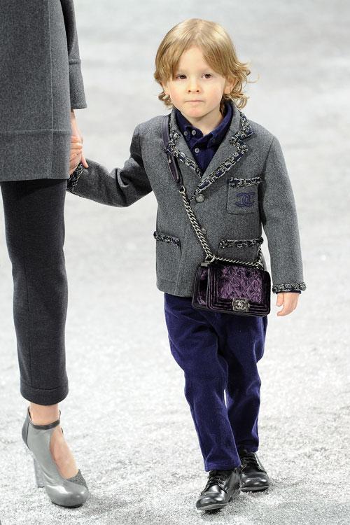 הדסון קרוניג בן השלוש בתצוגת האופנה של שאנל (צילום: GettyImages)
