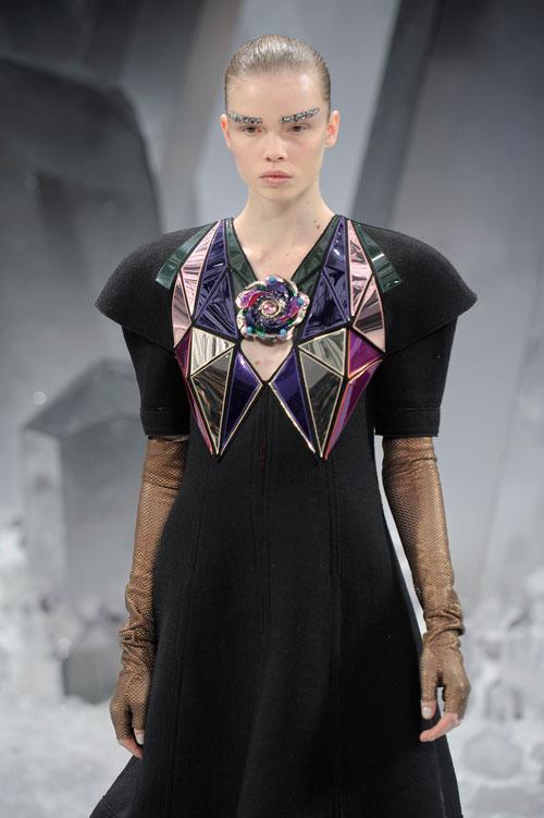 גבות מכוסות פאייטים בתצוגת האופנה של שאנל (צילום: GettyImages)