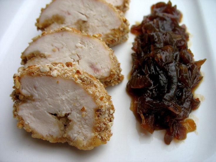 חזה עוף בתנור עם ציפוי בייגלה ותוספת ריבת בצל (צילום: בישול בזול)