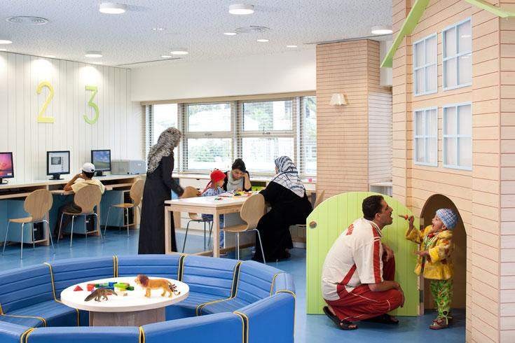 חלק אחר של המשחקייה מיועד לילדים בוגרים יותר, עם אזור יצירה ועמדות מחשב (צילום: עמית גרון)