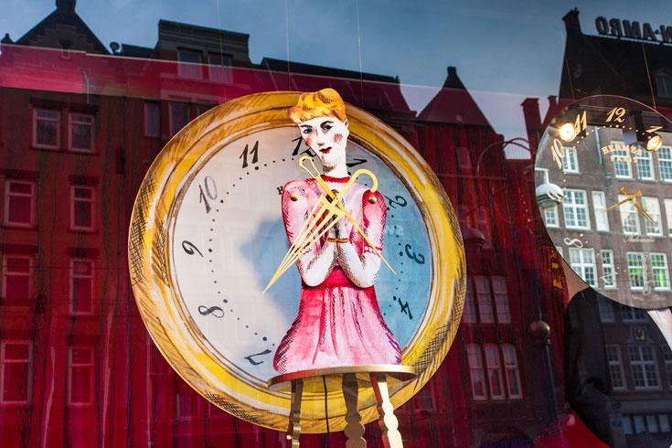 השעונים משקפים את בנייני הפאר המקיפים את בית הכל-בו, בכיכר דאם באמסטרדם (צילום: Frank Tielemans)