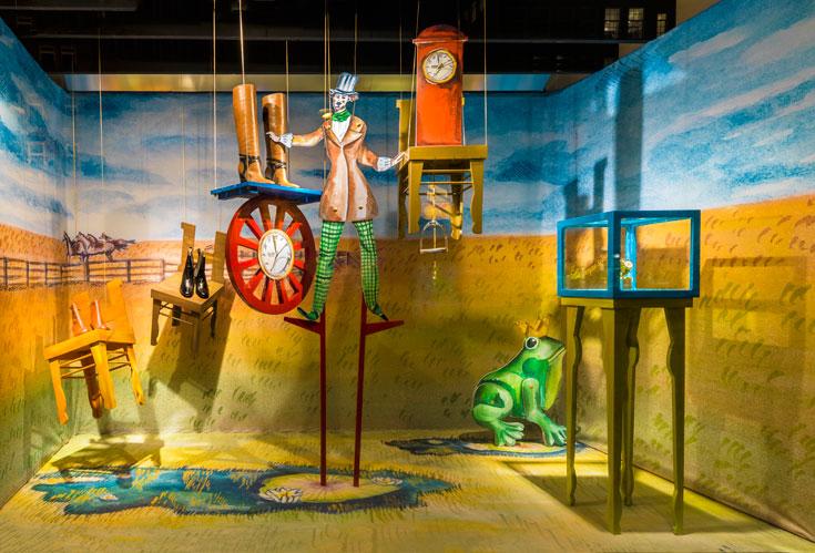 הביצוע: דמויות דו-ממדיות על רקע תפאורה מצוירת בצבעי מים (צילום: Frank Tielemans)