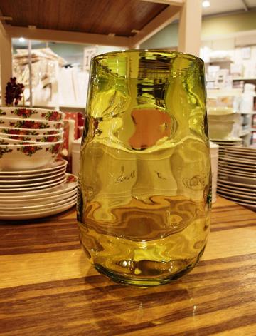 אגרטל זכוכית ירקרקה, 330 שקלים (צילום: גילי אונגר)