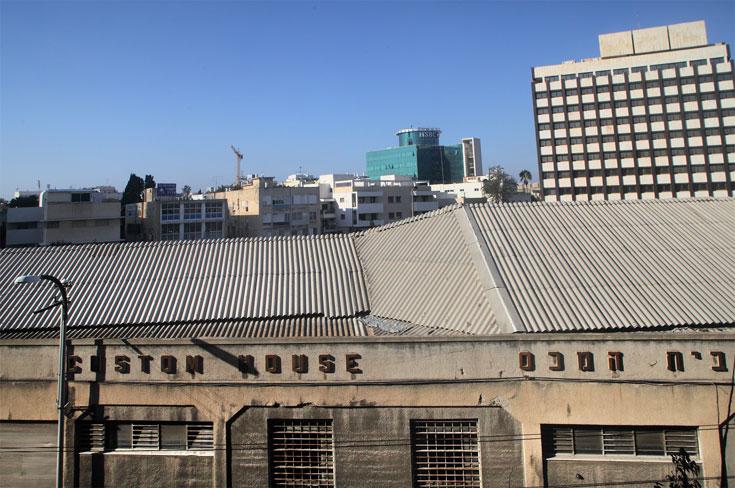 נשאר על מכונו: בית המכס. משמש בעיקר כאי תנועה על רחוב הרכבת הסואן, ובינתיים נטוש (צילום: אמית הרמן)