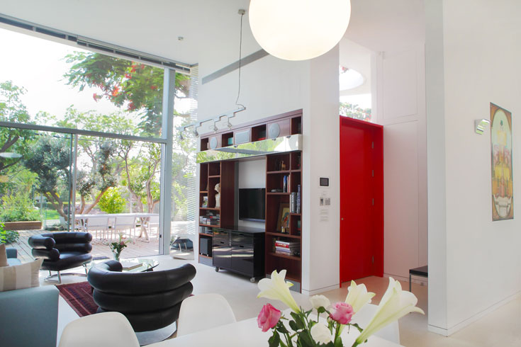 הבית תוכנן לפי עקרונות הסגנון הבינלאומי: חללים מרווחים, מוארים ונוחים, והימנעות מקישוטיות יתר (צילום: אמית הרמן)
