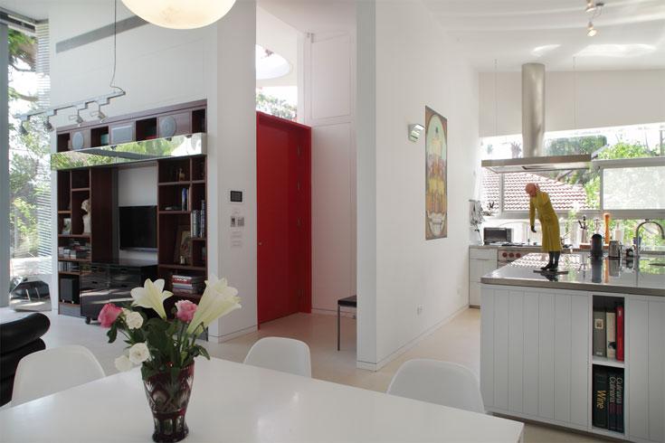 הקיר שמאחורי המבואה מסתיר את המטבח והמזווה הגדול (צילום: אמית הרמן)