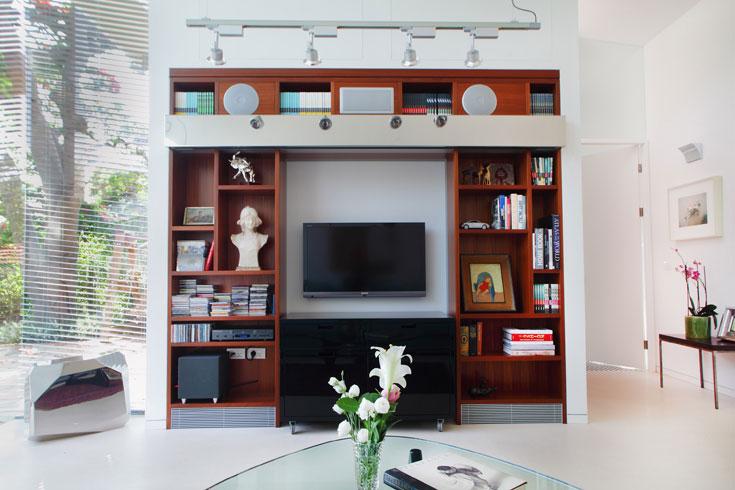 הספרייה נבנתה במיוחד, כמו רוב רהיטי הבית, למעט פריטי מעצבים (צילום: אמית הרמן)