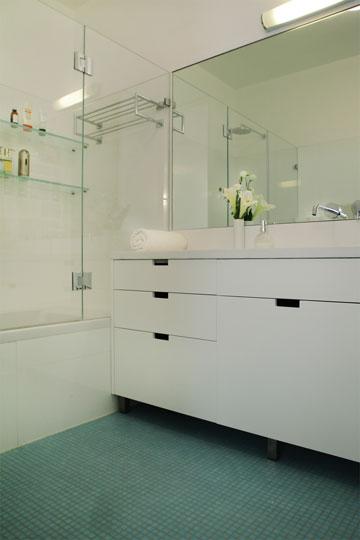חדר הרחצה של ההורים. אריחים לבנים ופסיפס תכול (צילום: אמית הרמן)
