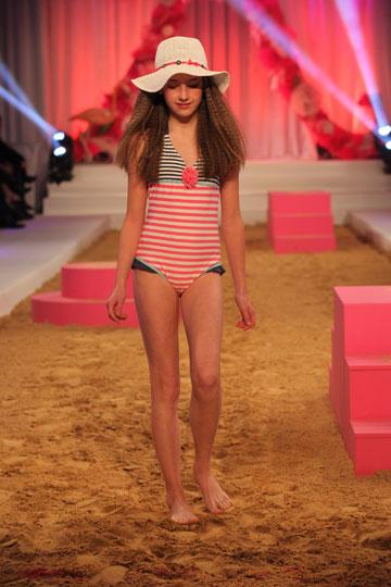 ילדה מדגמנת בתצוגת קיץ 2012 של רשת אקססורייז (צילום: אבי ולדמן)